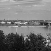 Uitzicht op de Waal en de Waalbrug vanaf het Valkhofpark